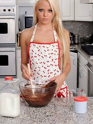 Lindsay Marie baking it all naked